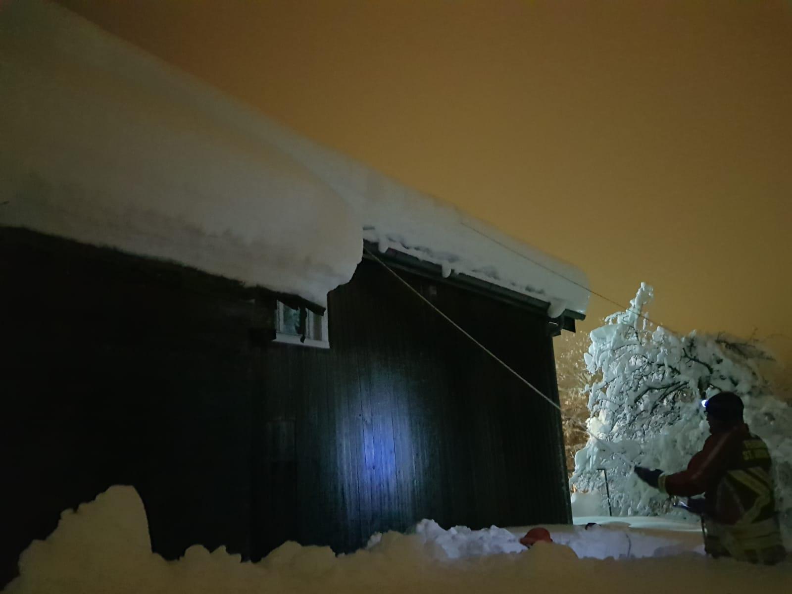 Dach von Schneemaßen befreien